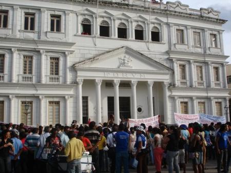 A simplicidade do povo em frente à suntuosa sede do Tribunal de Justiça do Maranhão