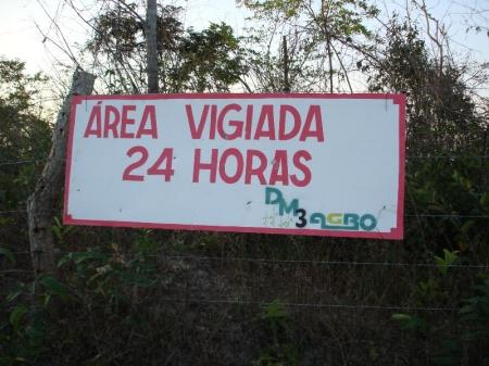 """Violência simbólica: placa """"protege"""" propriedade na região do Baixo Parnaíba maranhense, onde a soja toma substitui a mata nativa. Foto: Zema Ribeiro"""