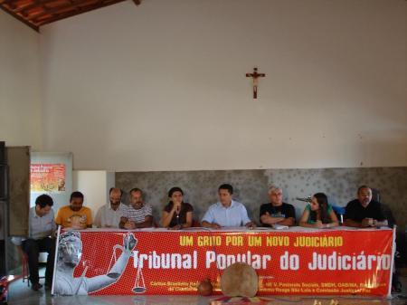 Membros do comitê organizador, lideranças populares e religiosas na mesa de trabalhos da 2ª. Caravana